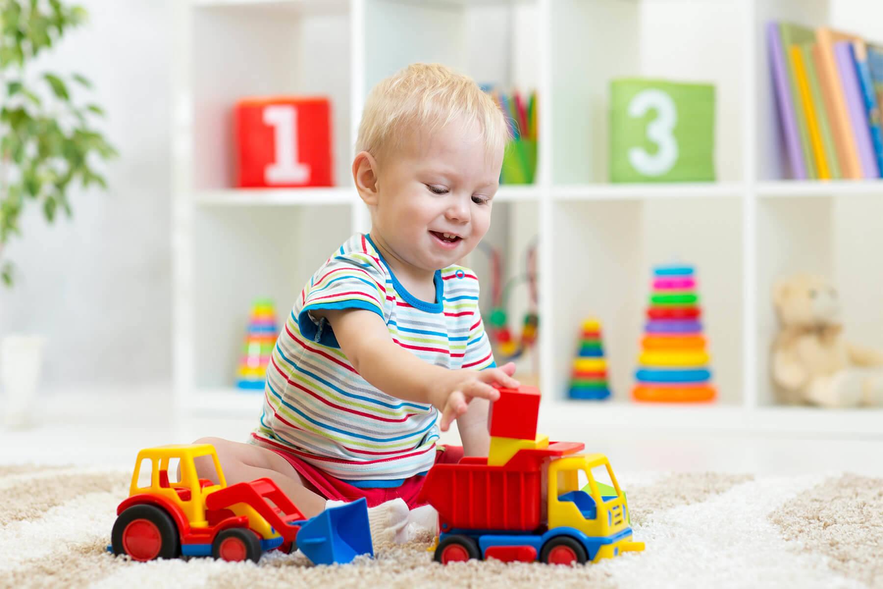 сделать картинки с детьми с игрушками следует, как можно
