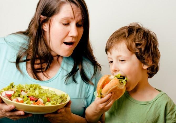 Ни кормите ребенка вредной пищей